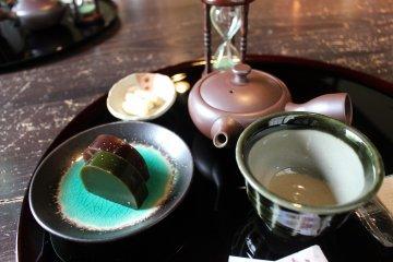 品茶的茶組和和菓子
