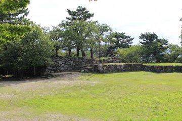 城牆上的空曠空間可讓人悠閒的賞花散步