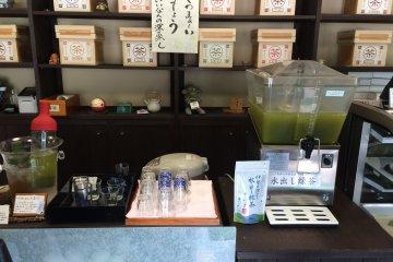 深綠茶房販賣各種等級的茶