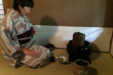 茶道老師優雅地幫我們泡茶