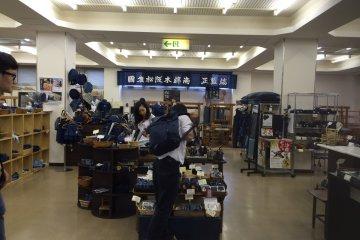 紡織中心陳列著各式各樣的木棉商品