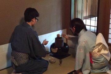 茶道老師溫柔的教導如何泡茶