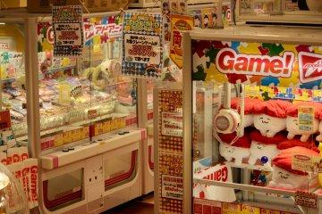 Uno de los muchos lugares para jugar videojuegos y juegos en máquinas.