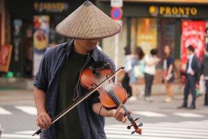 No falta un músico callejero que anima aún más la calle.