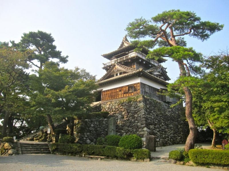 Maruoka Castle from the main entrance to the Honmaru
