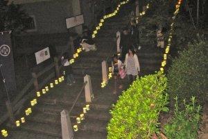 Ступени к главному входу ограждены бумажными фонариками во время Косиро Мацури