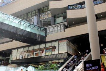 난카이 난바 역에서 아래로 이어지는 에스컬레이터의 아래에서.