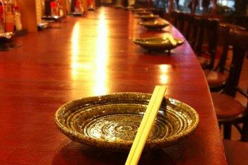 The counter awaits at an izakaya