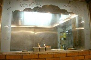 ダイニングルームから見える厨房