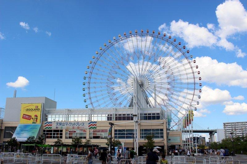 从西面的广场看到的天保山市场和摩天轮。