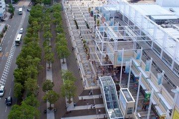 从摩天轮看到的天保山市场及其户外广场。