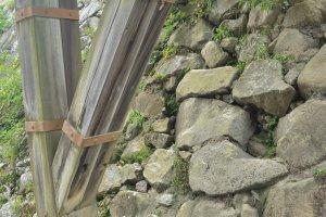 La manière particulière dont les fondations du château ont été construites