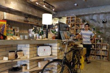 在飲料櫃檯後方的咖啡店老闆