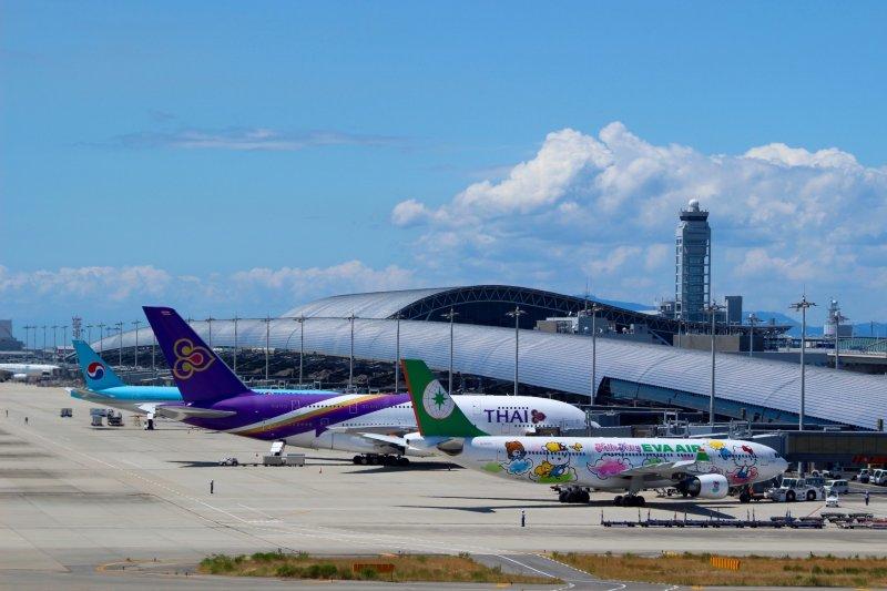 飞机和大阪关西国际机场航站楼。