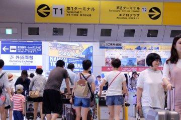 南海线关西机场站的检票口和大厅。