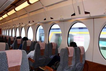 南海线特急列车 Rapit 车厢内。