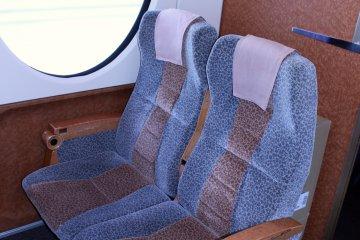 南海线特急列车 Rapit 上的预留座位。