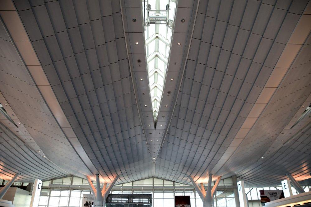 近未来を思わせる流線型の出発ロビー天井