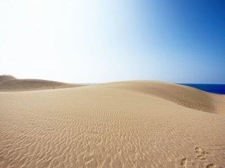 หาดทราย ท้องฟ้า และทะเล