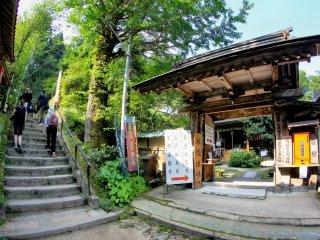 Bạn có thể biết chi tiết về chuyến đi từ ngôi đền địa phương này