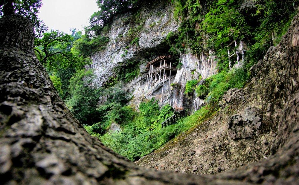 Ngôi đền nổi tiếng ở trong một khe núi của Mitoku-san