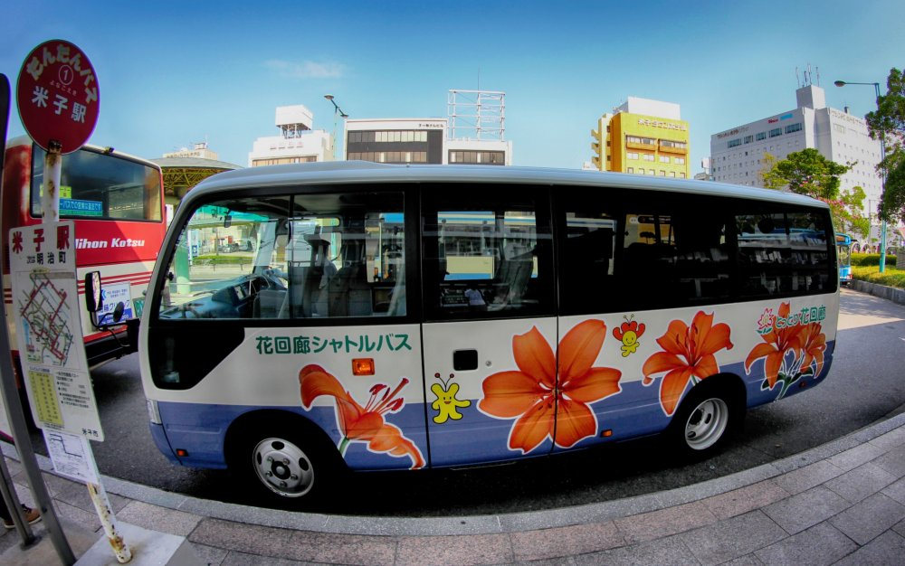 The free shuttle bus from Yanago station to the flower park