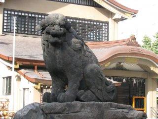 Con komainu thứ hai của Asakusa