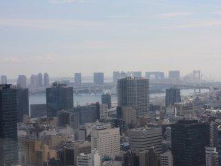 La vue sur le Rainbow Bridge et Odaiba