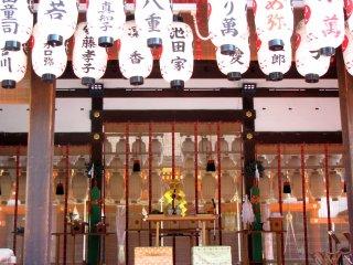 Ngôi đền Yasaka đã sẵn sàng cho lễ cưới
