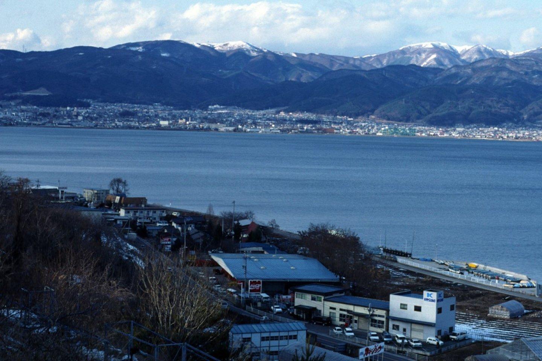 Vue sur le Lac Suwa, au loin