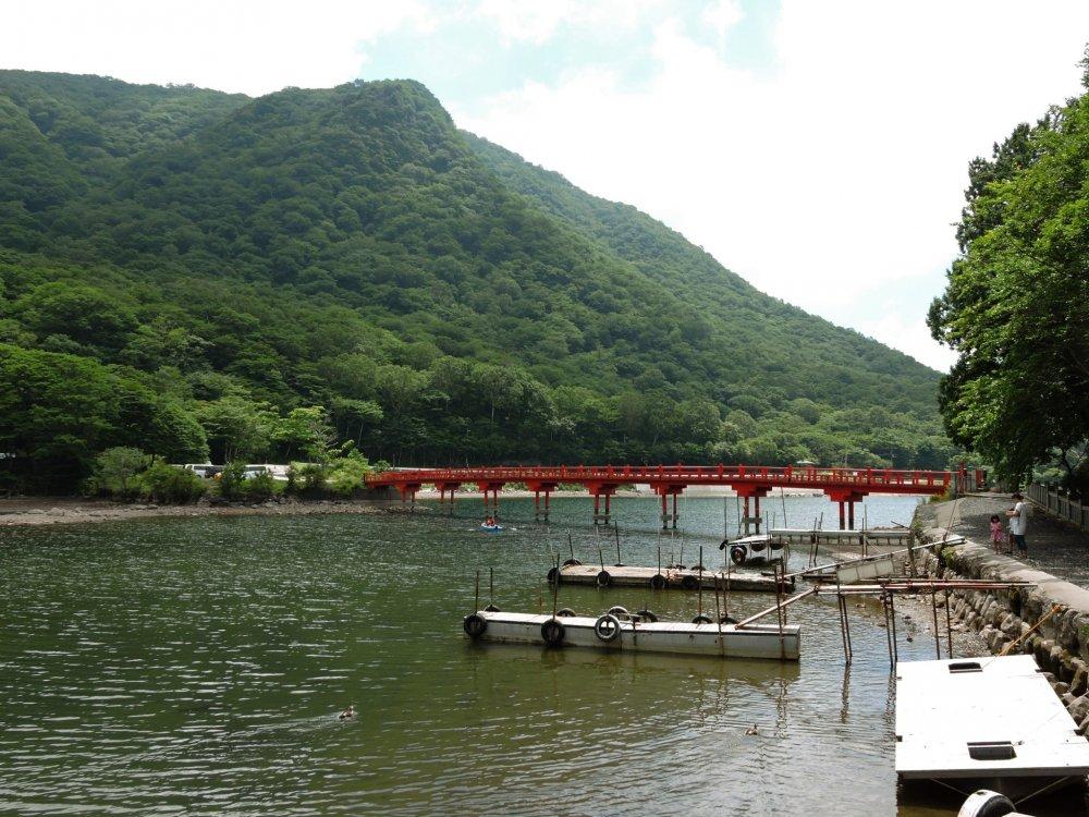 Cây cầu đỏ với những cầu tàu nhỏ phía trước