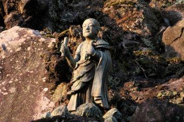 Одна из статуй в скальной стене