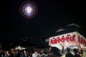Arsitektur Jepang dan warung makan melengkapi pemandangan