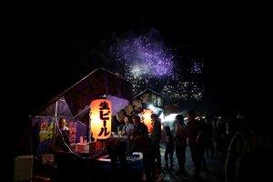 Pertunjukan kembang api yang ajaib sebagai latar untuk banyak kios makanan yang meriah