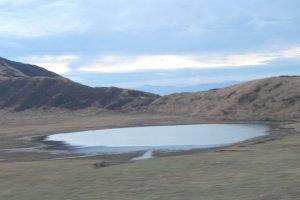 แอ่งน้ำในบริเวณภูเขาไฟอะโสะ สงสัยเองว่าเป็นปากปล่อง