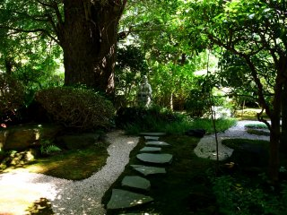 Taman yang dirawat dengan baik di dekat jalan masuk
