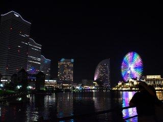 汽車道プロムナードから眺める横浜港のイリュミネーション