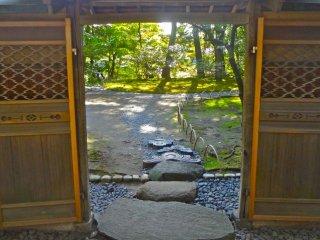찻집의 나무 문과 연관