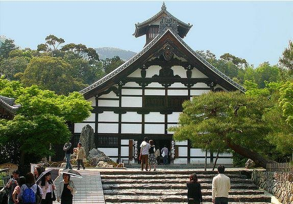 Tenryuji is popular even on a hot summer day.