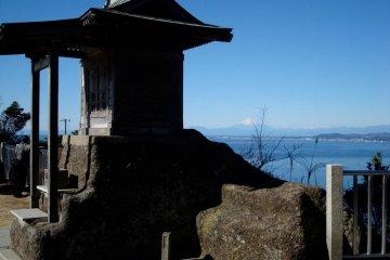 Small shrine on the top of Mount Nokogiri