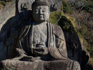 日本一の大きさを誇る大仏。山付近に掘り込まれてます。
