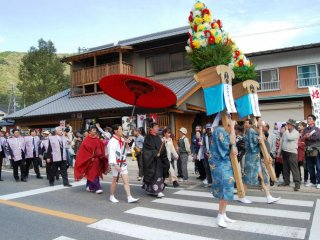 The goal of the procession is Oyunohara, a sandbank in the Kumano River, which was the original location of the Hongu Shrine.