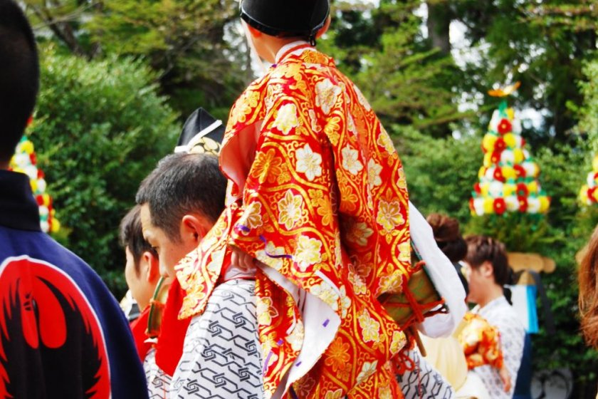 Fathers carry their young sons on their shoulders and walk over the Dainichi-goe trail of the Kumano Kodo pilgrimage route, which links Yunomine Onsen to Hongu Town. Before walking fathers and sons purify themselves in the hot water of Yunomine.