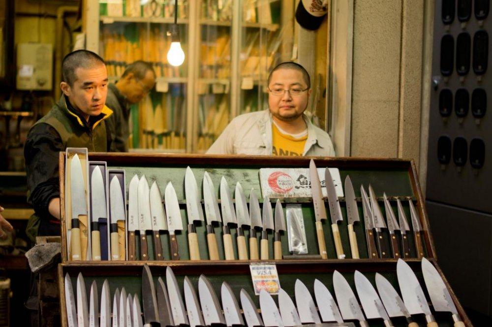 Продавец ножей, прямо рядом с входом в рынок