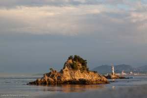 Un îlot et la vue sur la côte de Shikoku
