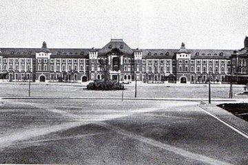 Зданией Токийской станции Маруноути, сразу после завершения постройки в 1914