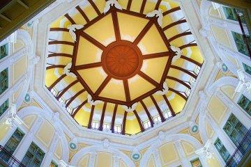 Рельефы северного и южного куполов Токийской станции