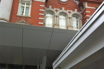 Близкий ракурс красиво детализированных окон и архитектуры