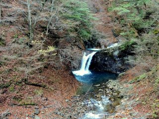 Một trong những thác nước đổ vào hồ bơi xanh