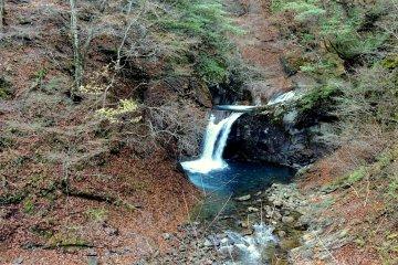 Один из водопадов, льющийся в голубую впадину
